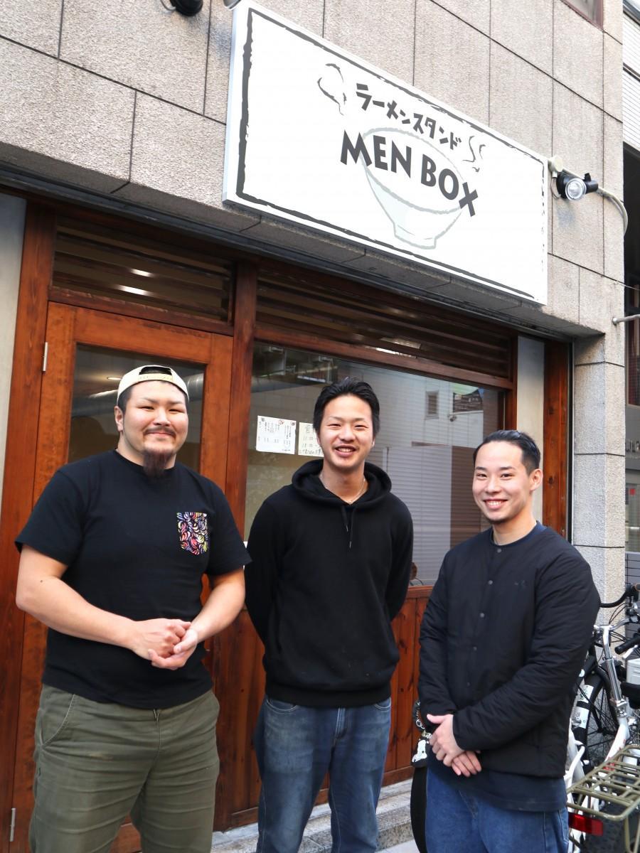 店主の山田さん(中央)とスタッフ
