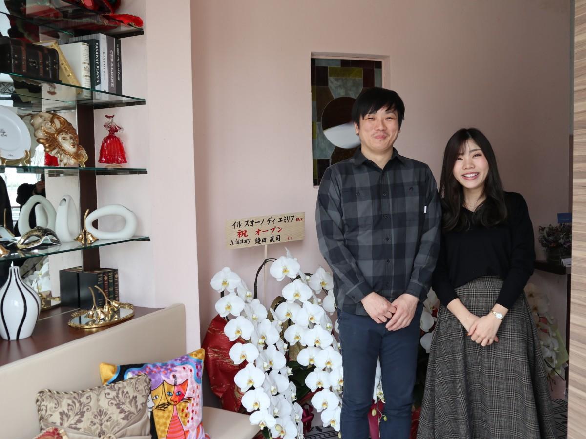 シェフの光武さん(左)と企画事務の北村彩乃さん