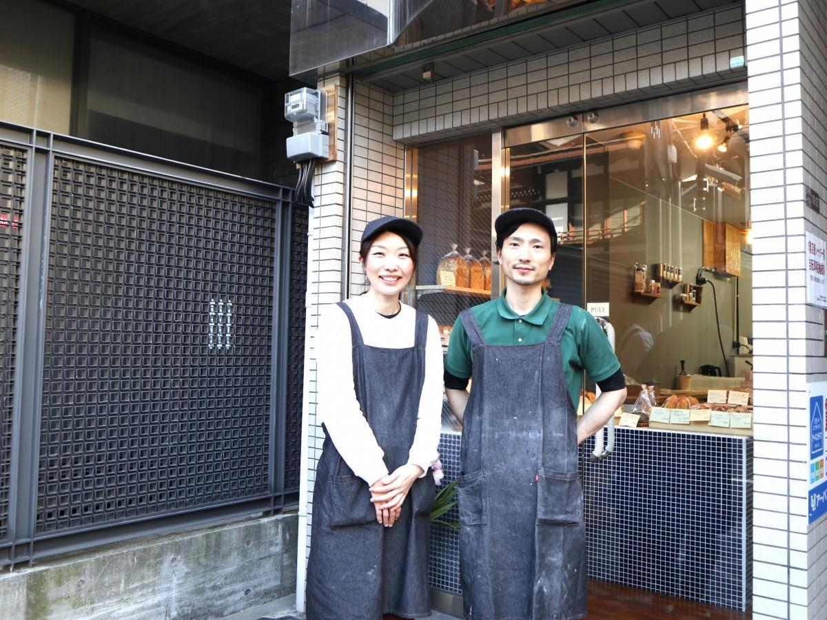 店主の阪口一豊さん(右)と妻の麻衣子さん
