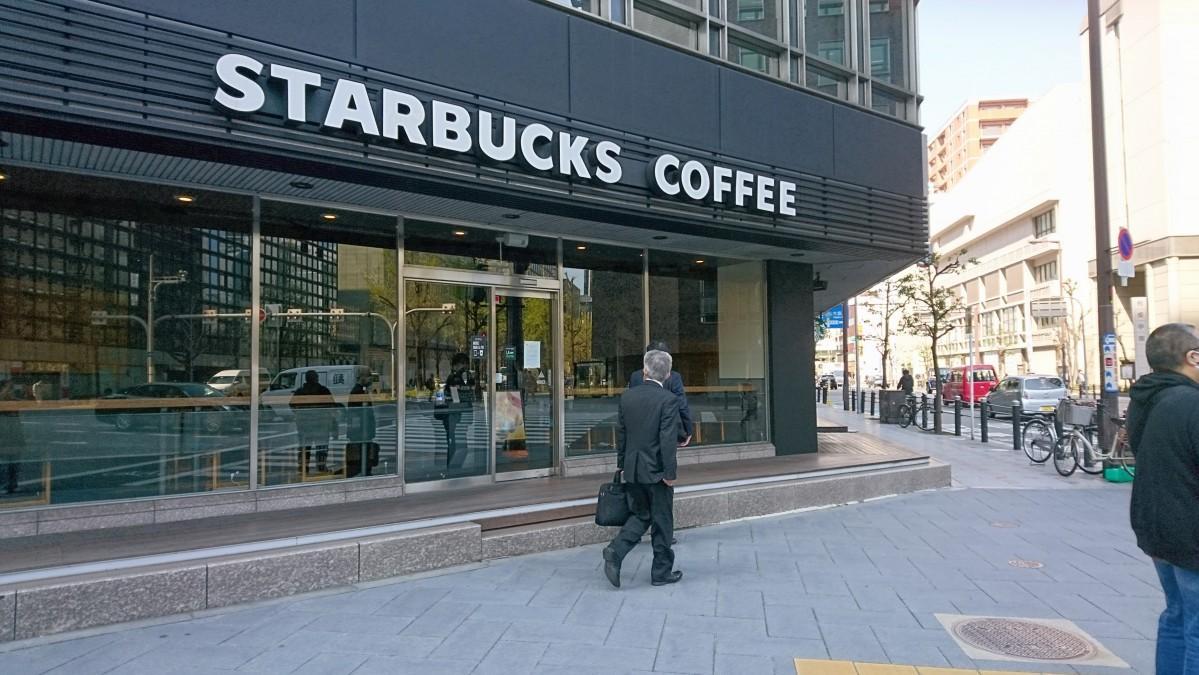 休業を伝えるスターバックスコーヒー御堂筋本町東芝ビル店(4月9日9時18分撮影)