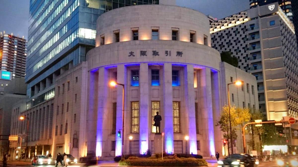 青いライトに照らされる大阪取引所