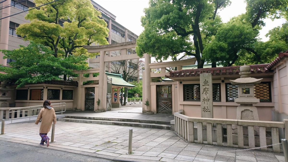 地元で「ざまさん」と親しまれる坐摩(いかすり)神社