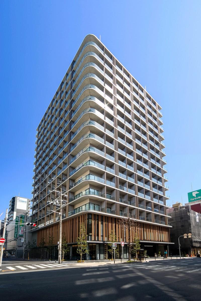 ホテルは堺筋沿い、ファンビ寺内の隣に立地する(写真提供=都シティ 大阪本町)