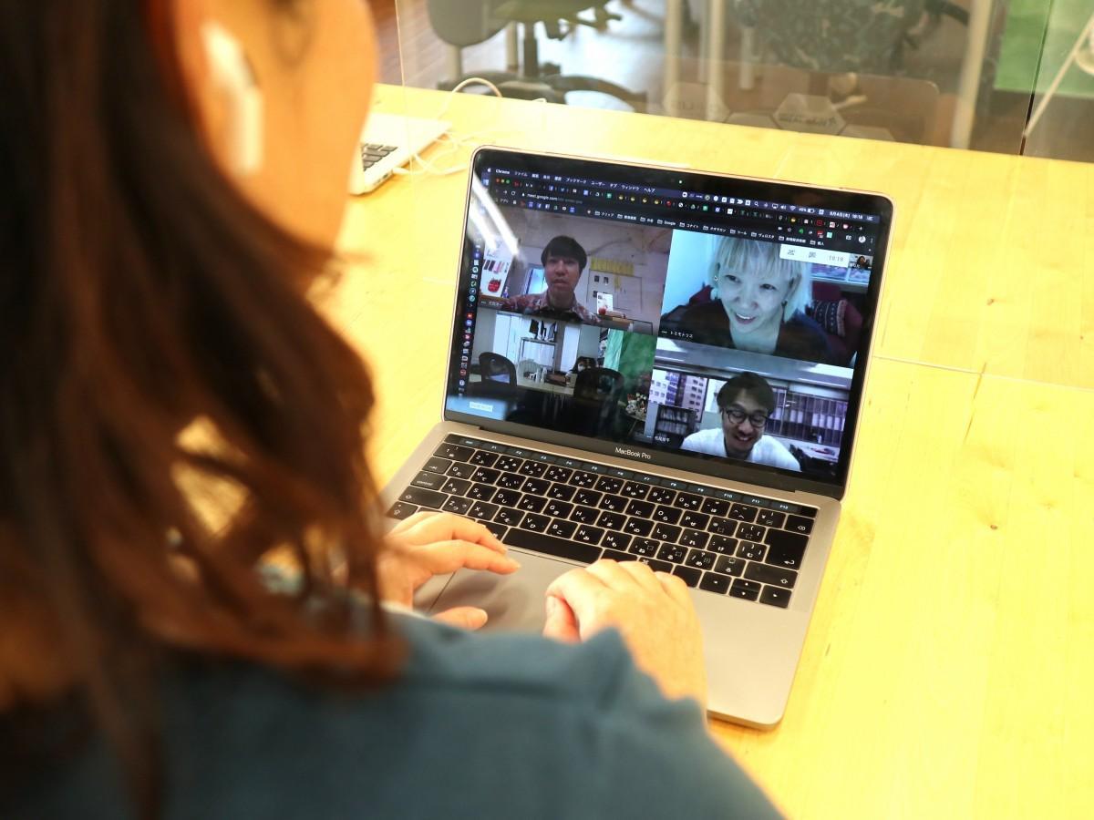 ウェブ取材をする本紙編集長大崎と、松尾編集長(右下)、トミモト編集長(右上)、「人間」代表花岡さん(左上)。