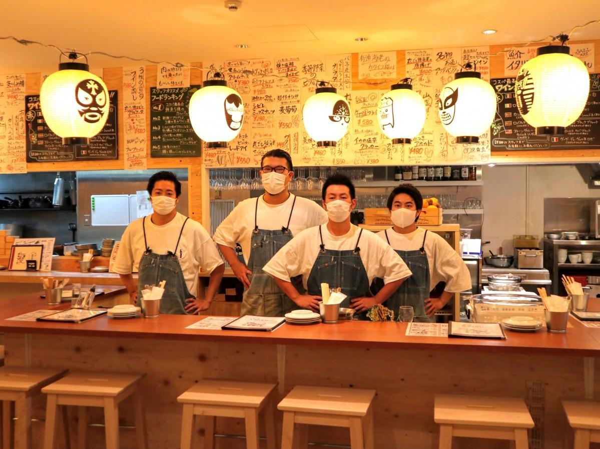 左から、スタッフの樽井さん、店長の志賀さん、エリアマネージャーの谷角さん、スタッフの石井さん