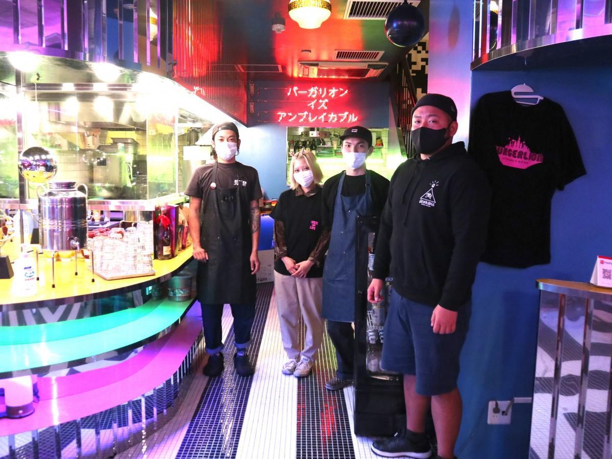西村さん(右端)とスタッフ