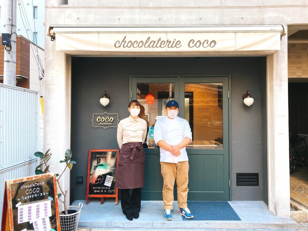 谷上さん(右)と妻の幸子さん。幸子さんは接客を担当する