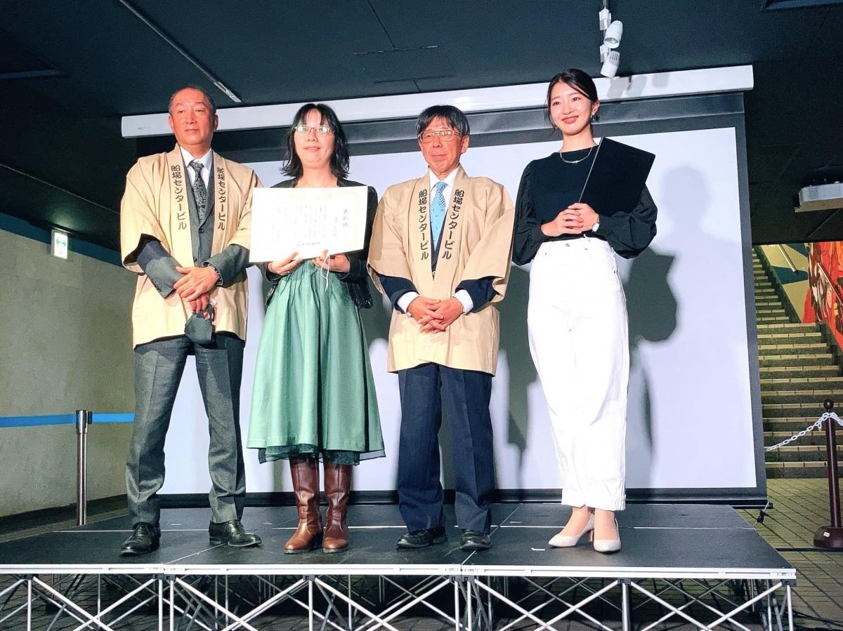 命名者表彰式に登壇する鴻池さん(左から2番目)