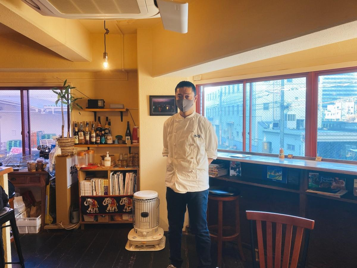 店主の田井中さん。店の窓からは土佐堀川を一望できる