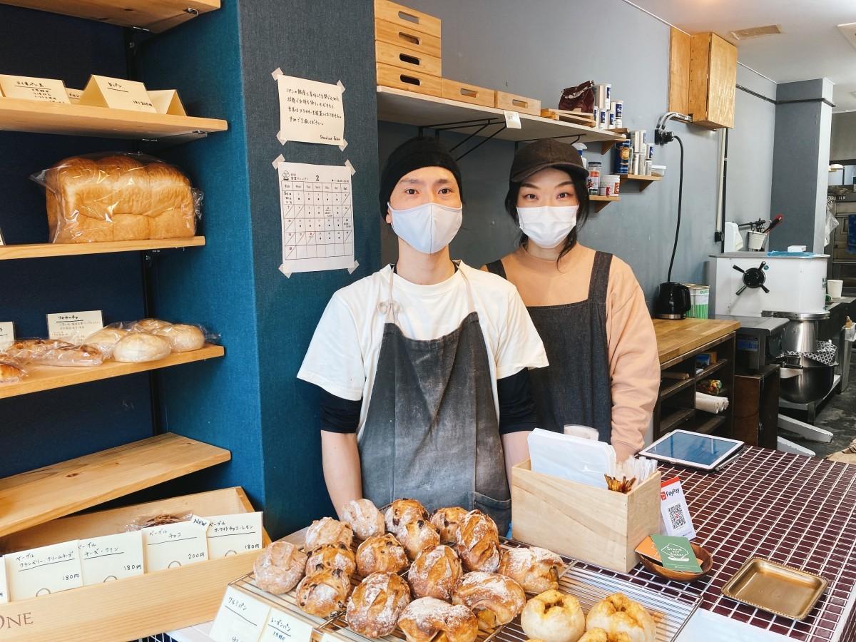 店主の坂口一豊さん(左)と麻衣子さん