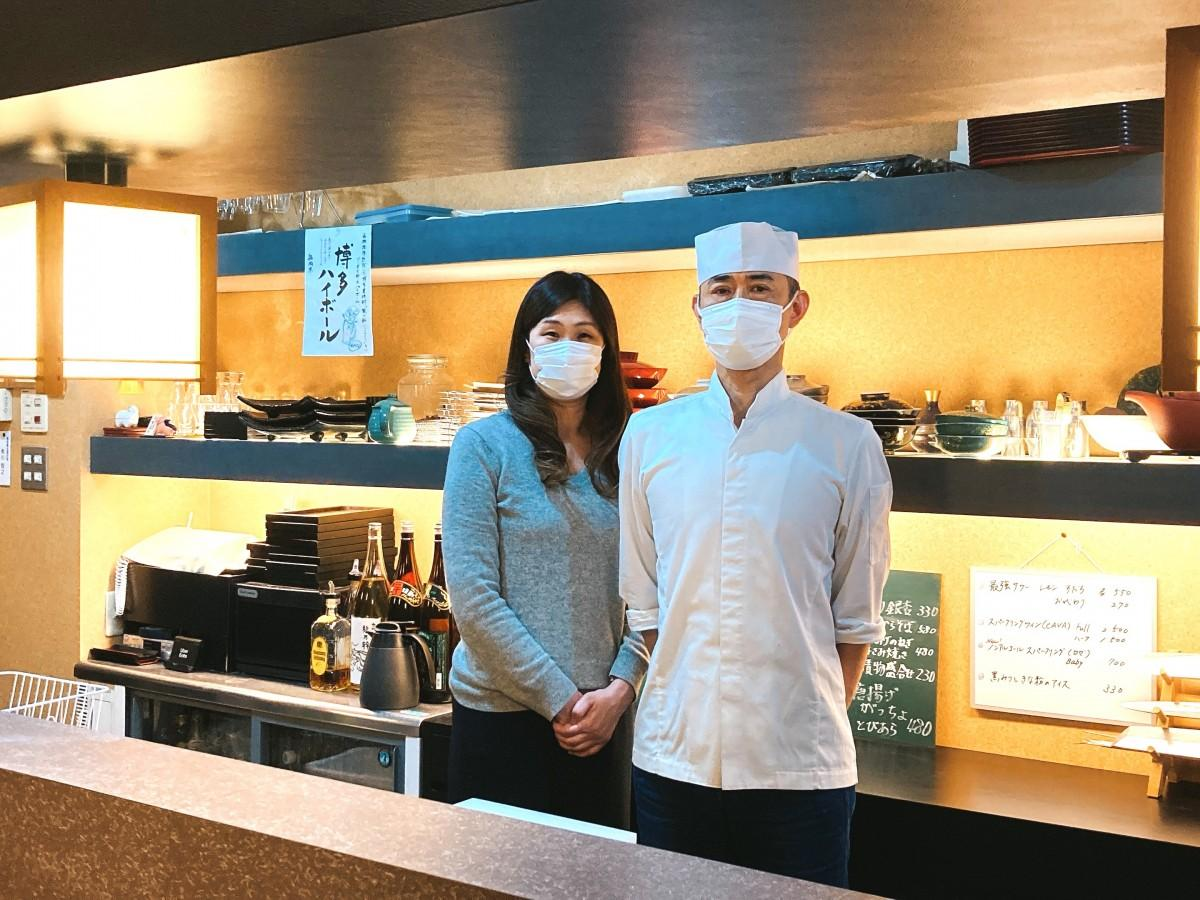 店主の角川さん(右)と妻の美佳さん。「佳川」という店名は美佳さんの名前にちなんで付けたという