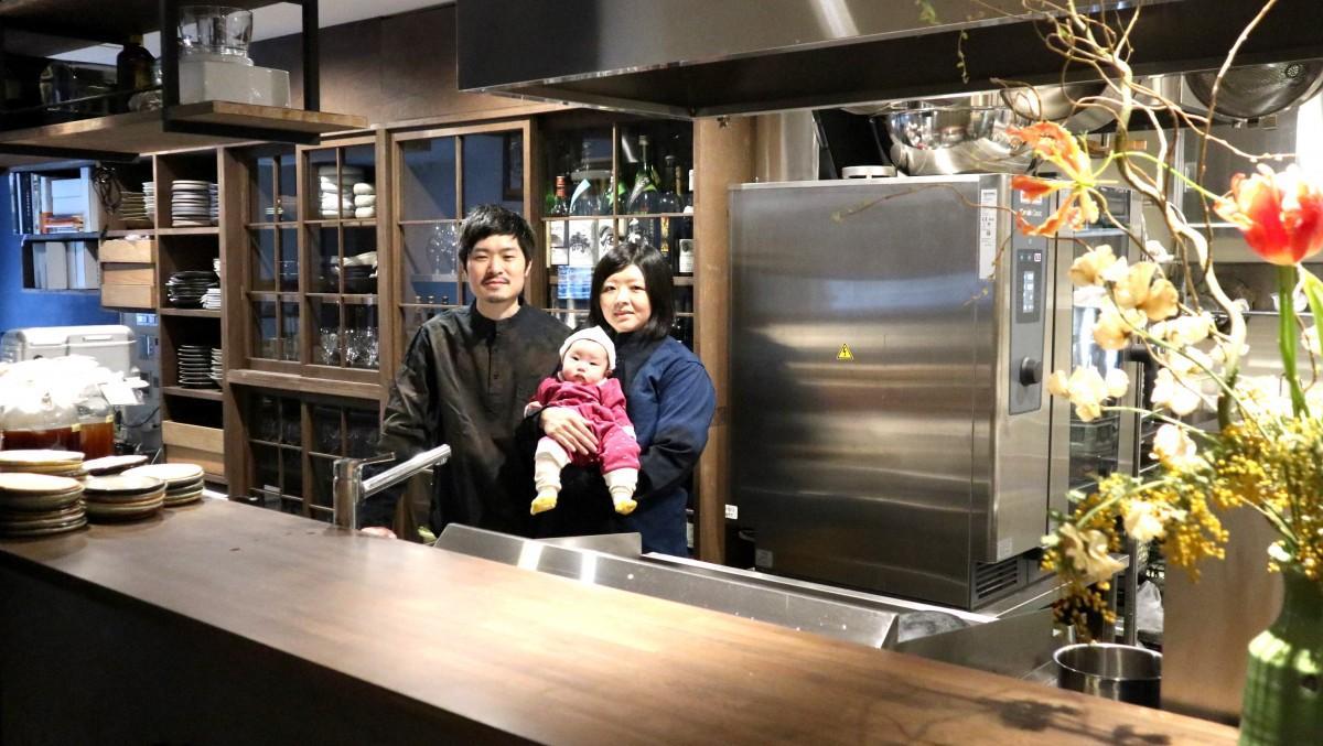 荒川陽児さん(左)と妻の智子さん、娘の色(いろ)ちゃん。二人ともフランス・パリで勤務経験があり、当時の経験を料理に生かしているという
