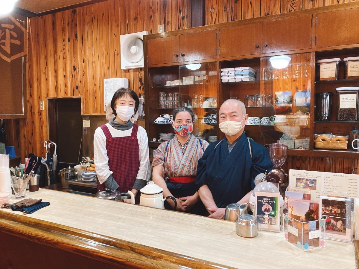 店主の小川さん(右)と店長で講談師の旭堂南春さん(中央)、スタッフの太田さん