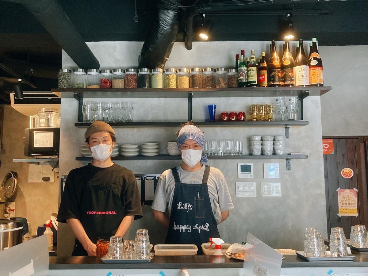店主の宮本さん(右)と鈴木店長