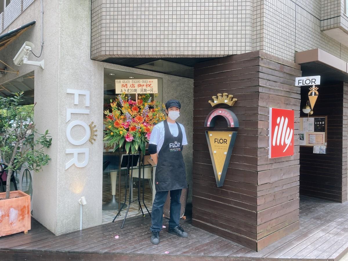 「FLOR GELATO ITALIANO OSAKA」スタッフ。店ではジェラートのほかイタリア「illy」社のコーヒーなども提供する。
