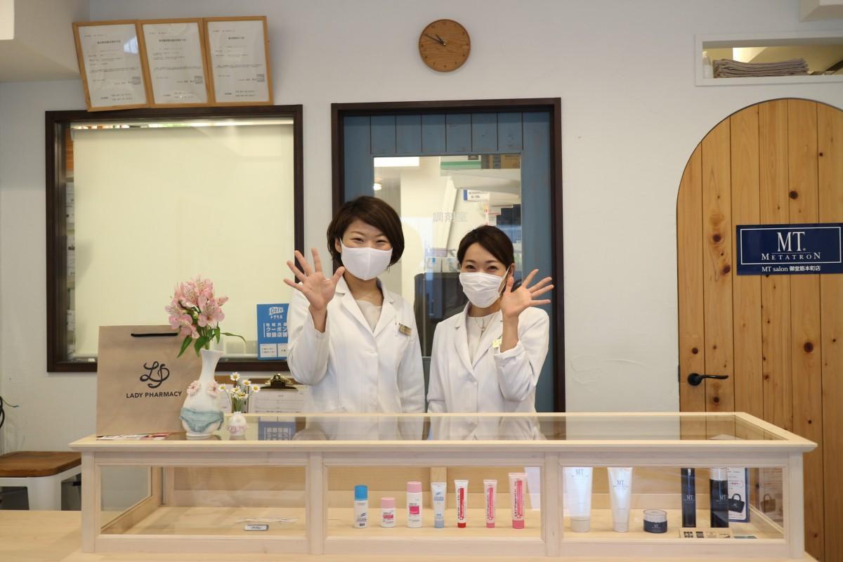 (右から)レディーファーマシー薬剤師の津田さんと坂野さん