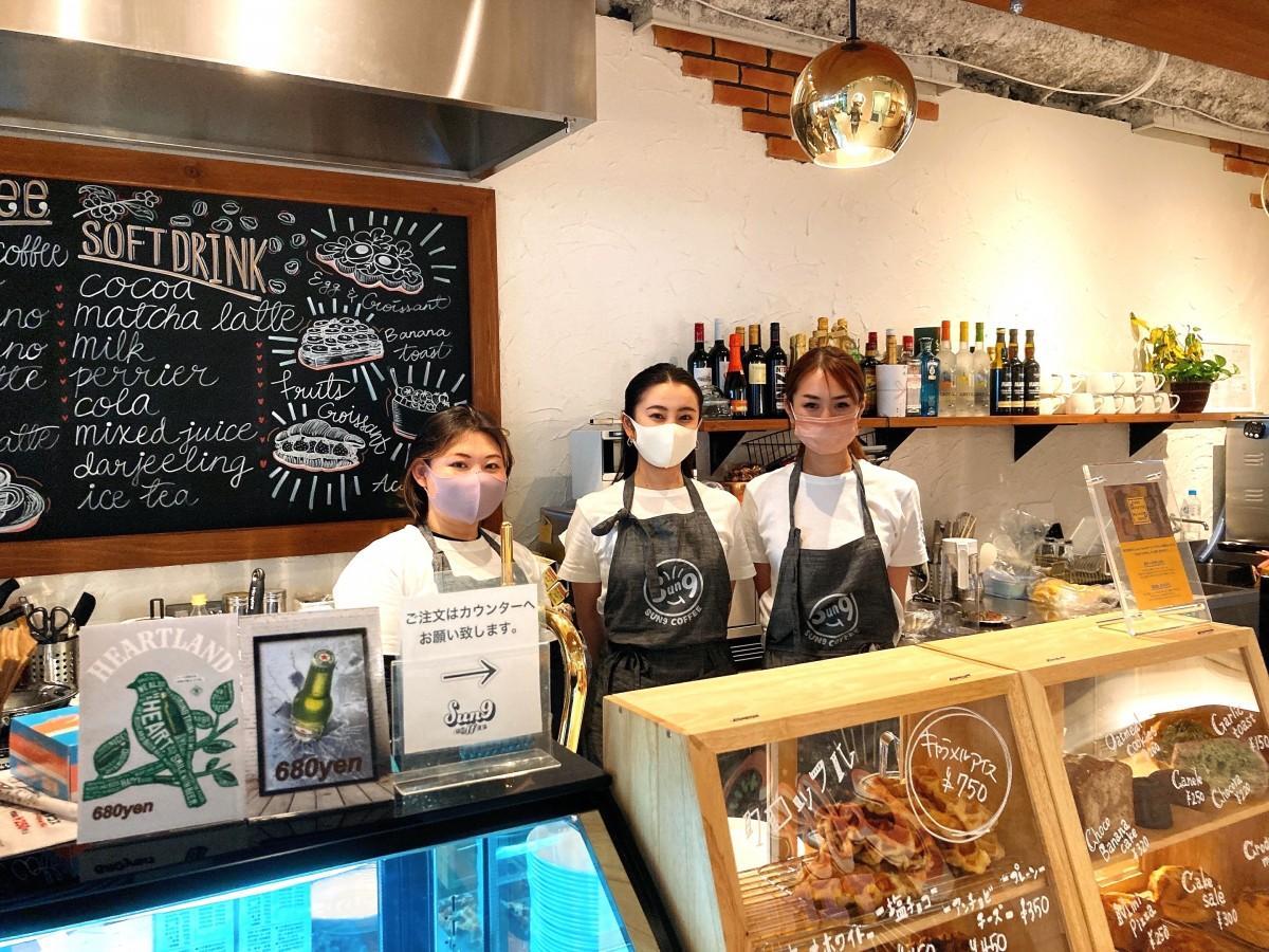 店長の阪中さん(右端)とスタッフ