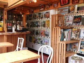 肥後橋のカフェが8周年 雑誌類500冊以上展示、発酵バターのクレープも