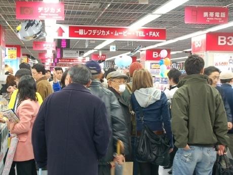 大勢の客で溢れ返る店内の様子。開店前には徹夜組を含む長蛇の列ができた