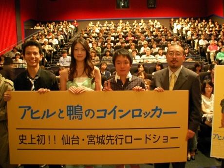 MOVIX仙台で「アヒルと鴨のコインロッカー」の舞台挨拶を行った(写真左から)田村圭生さん、関めぐみさん、濱田岳さん、中村義洋監督