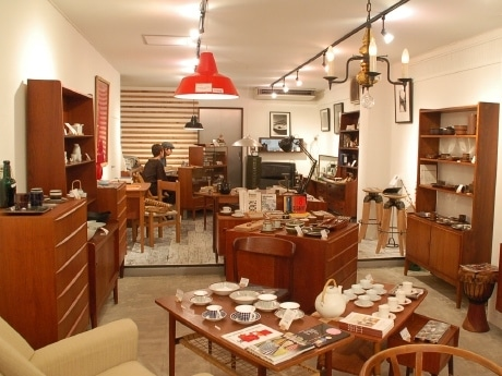 アンティーク家具や輸入雑貨が並ぶ「HYGGE」の店内