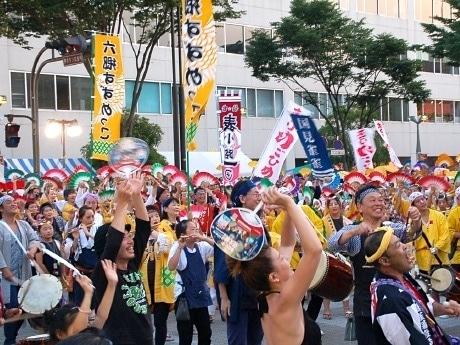 仙台駅東口の宮城野通り一帯で行われた「夏まつり 仙台すずめ踊り」。フィナーレの「総踊り」では、すべての祭連が一斉に「すずめ踊り」を披露した