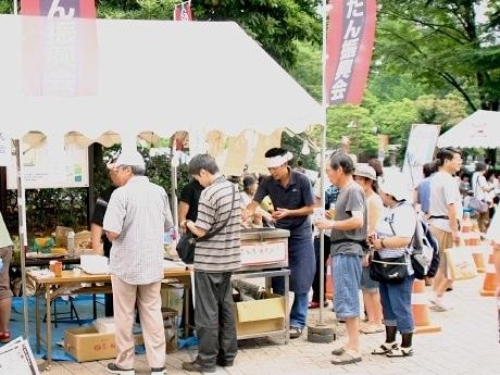 「定禅寺ストリートジャズフェスティバル」の会場となっている市民広場に設置された「仙台牛たん振興会」の特設屋台