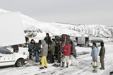 冬季閉鎖中の蔵王エコーラインで3月30日に行われたクランクインの模様