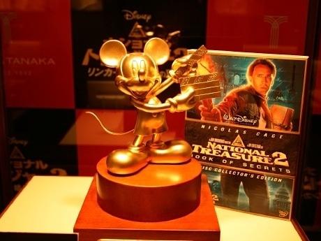「GINZA TANAKA 仙台店」に展示される純金製「ミッキーマウス像」