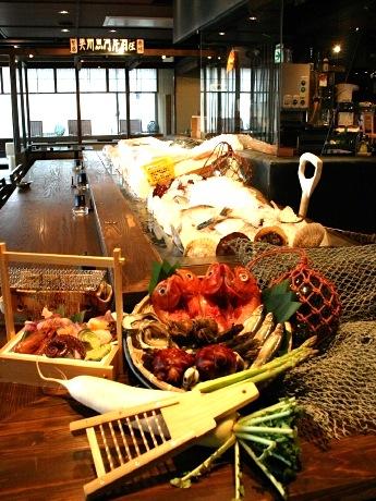 4月16日にオープンした炉端焼き居酒屋「奥州魚河岸酒屋 天海のろばた」の店内。カウンターでは炉端焼きやせいろ蒸しの様子を見て楽しめる