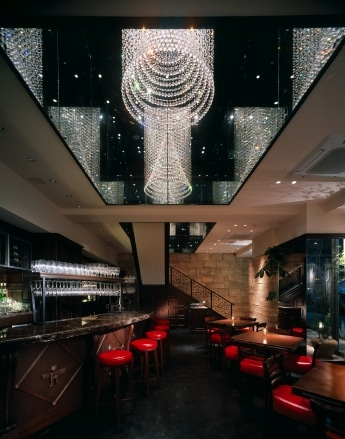 「RIGOLETTO TAPAS LOUNGE」店内の様子。1・2階の吹き抜けに「天の川」をデザインしたシャンデリアが輝く