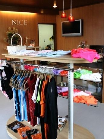 カラフルなコスチュームなど、さまざまなフィギュアスケート用品が並ぶ「NICE」の店内