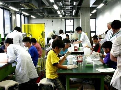 東北大学創造工学センター「発明工房」で行われた「夏休み子ども科学キャンパス」の様子