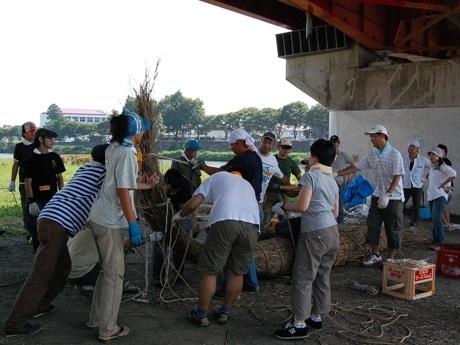 広瀬川の宮沢緑地で行われている「仙台笹舟プロジェクト」。8日の笹舟作りの様子