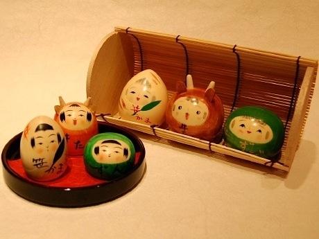 「こけしのしまぬき」で販売している「仙台名物三姉妹こけし」。「伝統スタイル」(手前)と「創作スタイル」(奥)