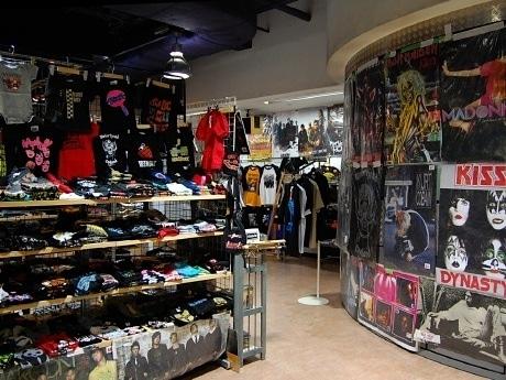 仙台フォーラスで開催中の「ロックンロールバザール」。4万点のロックアイテムが店内を埋め尽くしている