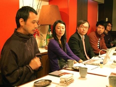 研究会活動の一環として今月8日に仙台市内で行われたトークセッションの様子。ナウオンメディアの山本加奈さんとマンガ家・タナカカツキさんから国際的な映像イベント「RESFEST」などの事例が紹介された