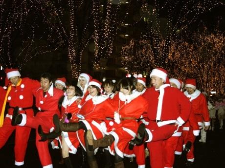 昨年の「サンタの森の物語」の様子。昨年は約900人の市民らが電飾に彩られたケヤキ並木の下をパレードした