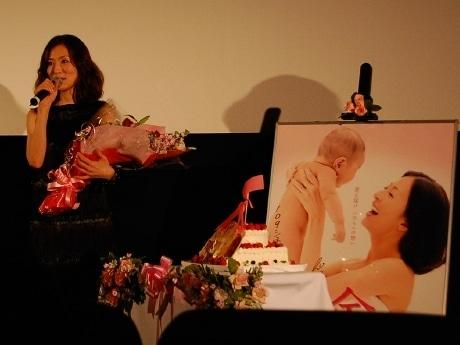 映画「余命」の試写会に登場した松雪泰子さん。舞台あいさつの後、花束とケーキが贈られた