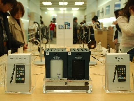 「iPhone 3G」とともにご当地iPhone用ケースが並ぶアップルストア仙台一番町店内