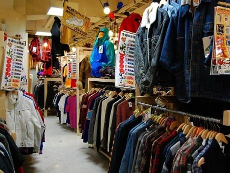 イービーンズ内にオープンした「DonDonDown on Wednesday仙台駅前店」。店内には大量の古着とともに「今週の値段表」を掲出している