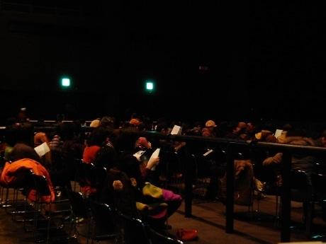オールナイト映画イベント「ROOTS OF ROCK」、開始前の場内の様子。夜通しの鑑賞に備えて毛布を持参する来場者も