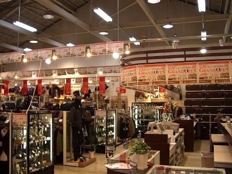 12月19日にオープンした「ジャンブルストア 仙台高砂店」。メンズ・レディス衣料や雑貨など約15,000点の商品が並ぶ店内