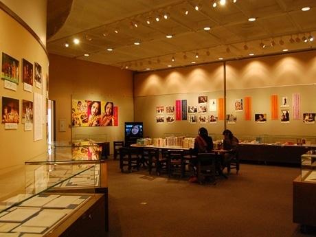 仙台文学館の常設展示室で開催されている「宮藤官九郎展 俳優と物語作家」。宮藤さんの幅広い活躍の記録が並ぶ