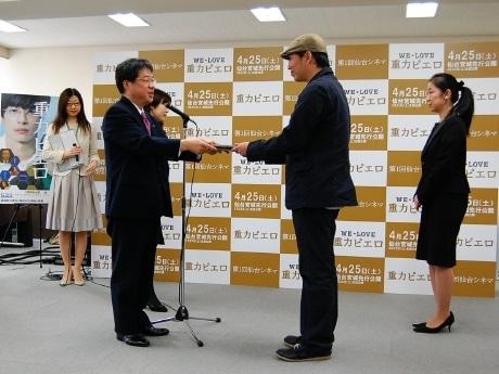 「重力ピエロ」森淳一監督に梅原克彦仙台市長から「仙台シネマ」認定書が授与された