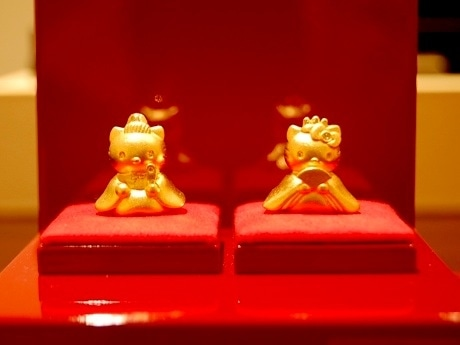 純金で作られた十二単姿のキティと束帯姿のダニエル。人形本体の高さは約20ミリ