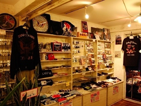 アーティストグッズ約3,000点が並ぶ店内。「取り扱ってほしいアーティストや商品など、お客様の声にも応えていきたい」(社本さん)