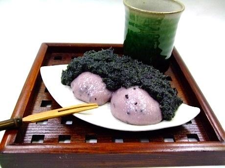 「餅処 おもちのきもち」の看板商品「黒ずんだもち」。黒豆、黒米、竹炭を使用した