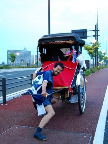 伊勢から人力車で日本一周の旅を続け、仙台入りした山田さん。道中で知り合った人を乗せることも