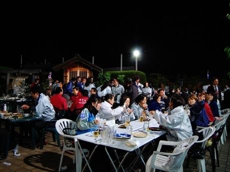 14日に行われたプレオープンの様子。あいにくの風と肌寒い気温で夏気分とはいかなかったが、来場者はビール片手に会話や食事を楽しんだ